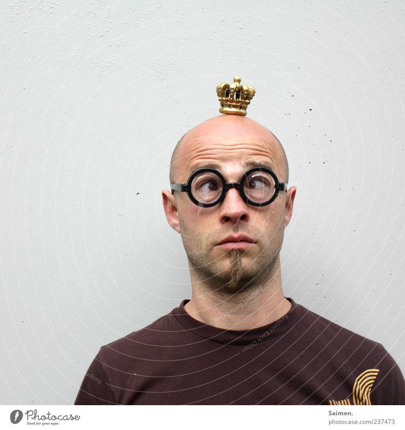 Nerdkönig Mensch maskulin Mann Erwachsene Kopf 1 nerdig skurril Brille Krone Schielen Glatze T-Shirt Bart Hautfalten unschuldig Gesicht Farbfoto Außenaufnahme
