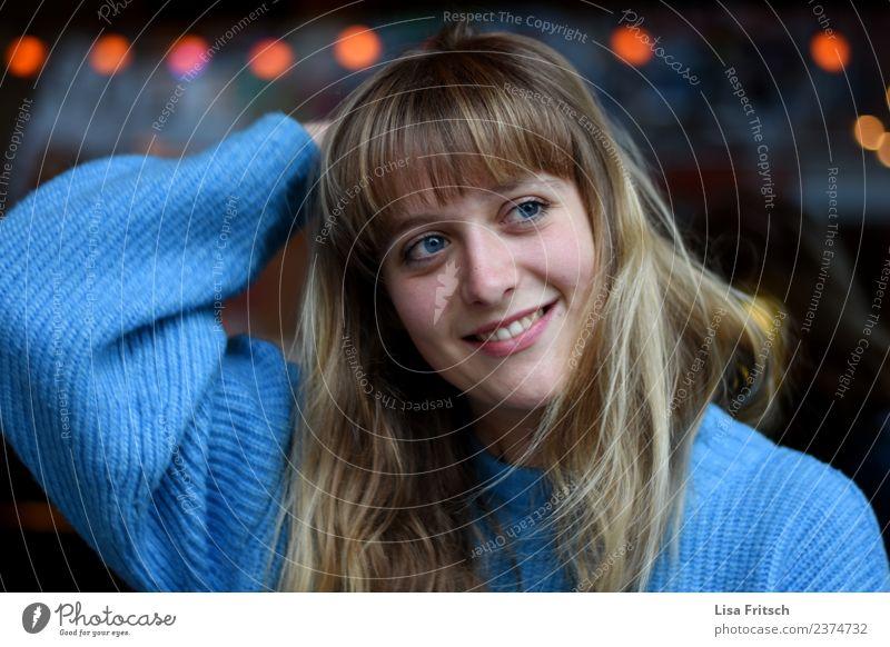 Klara Lifestyle Freude Glück schön Haare & Frisuren Nachtleben feminin Junge Frau Jugendliche Kopf Gesicht 1 Mensch 18-30 Jahre Erwachsene blond langhaarig Pony
