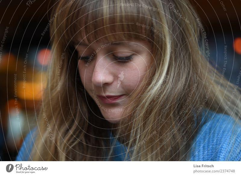 mhh mal überlegen Junge Frau Jugendliche 18-30 Jahre Erwachsene langhaarig Pony Denken träumen Traurigkeit blond blau Gefühle Mitgefühl trösten ruhig Sorge