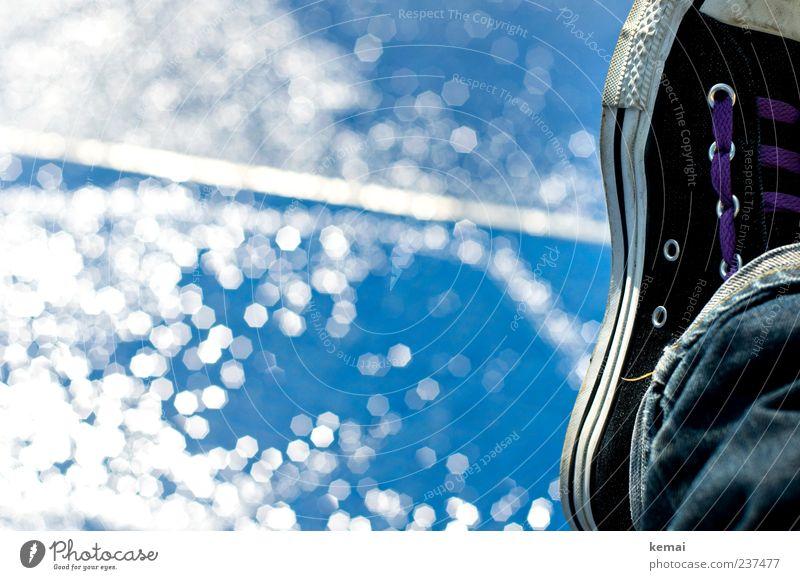 Am Brunnen chillen Wohlgefühl Erholung Sommer Mensch Fuß Wasser Wassertropfen Jeanshose Schuhe glänzend hell blau Chucks Wasseroberfläche Schuhbänder bequem