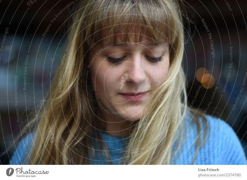verlegen - nach unten sehen - blond feminin Junge Frau Jugendliche Haare & Frisuren Gesicht 1 Mensch 18-30 Jahre Erwachsene langhaarig Pony Lächeln träumen