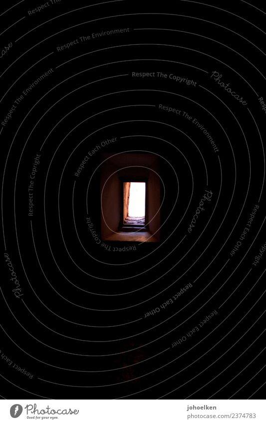 Fensterlos rot dunkel Wand klein Mauer Stein hell leuchten gold Glas Neugier Hoffnung Mitte Fensterblick Rechteck