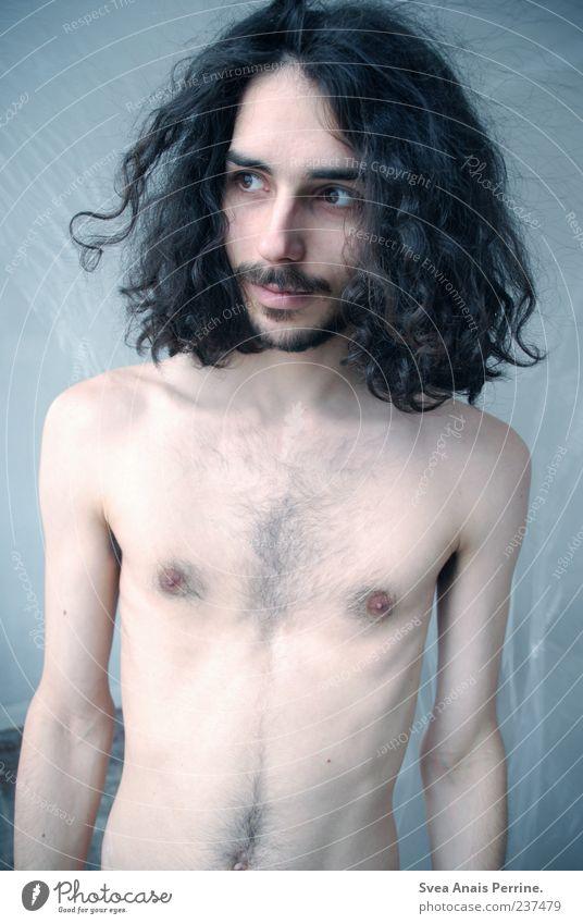 Natürliches Mineralwasser. Mensch Jugendliche Erwachsene nackt Haut maskulin 18-30 Jahre stehen Junger Mann dünn Brust Locken Bart langhaarig schwarzhaarig Brustbehaarung