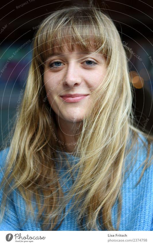 Junge hübsche blonde Frau Lifestyle schön Haare & Frisuren feminin Junge Frau Jugendliche Gesicht 1 Mensch 18-30 Jahre Erwachsene langhaarig Pony Lächeln Blick