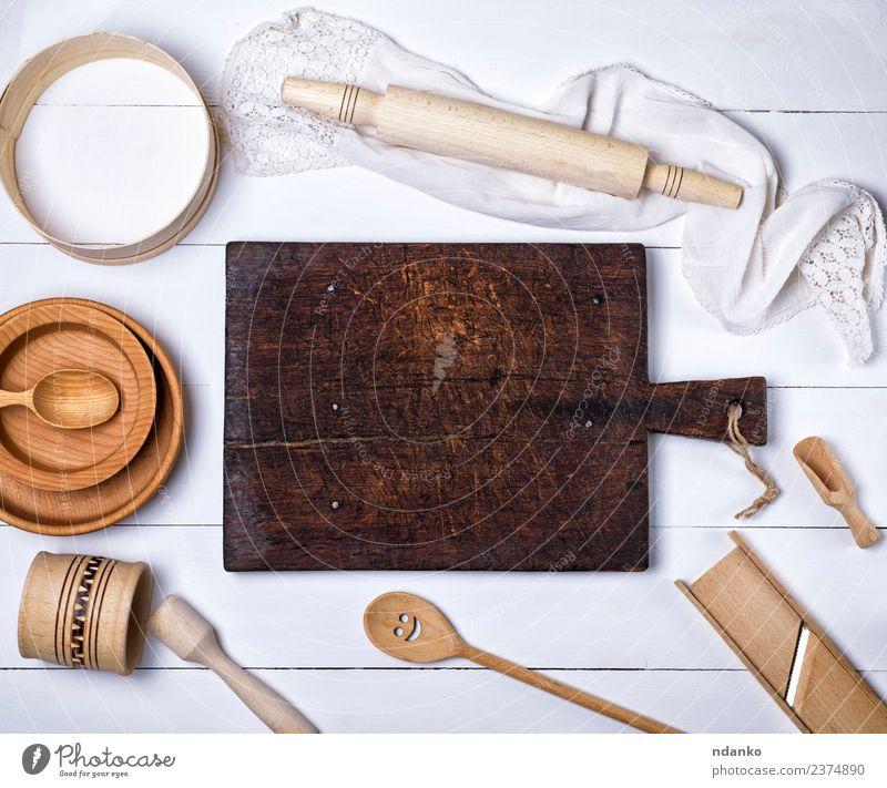 braunes Küchenschneidebrett aus Holz Besteck Gabel Löffel Tisch Werkzeug Sieb alt oben retro weiß Idee Tradition leer Utensil Haushalt Kulisse altehrwürdig