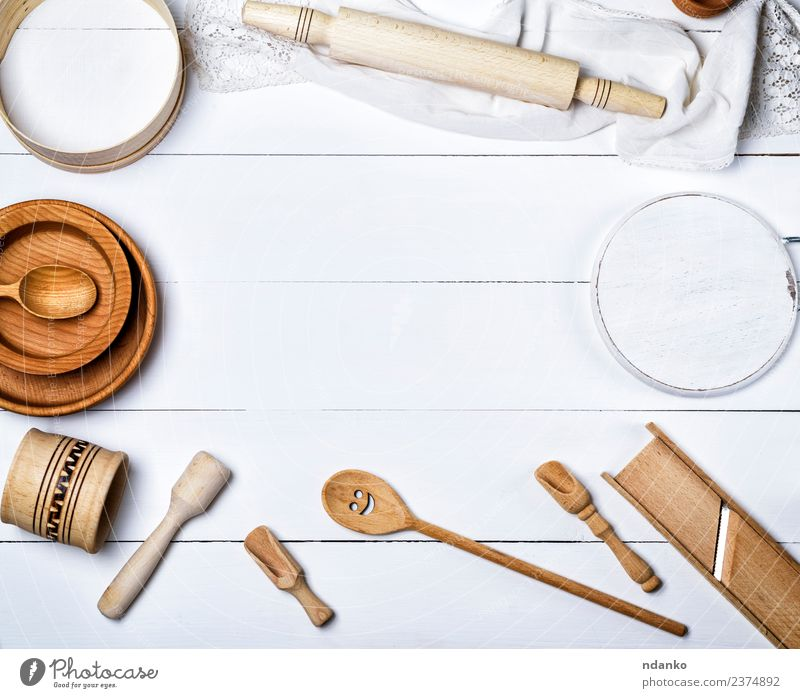 Holz-Rundplatten, Sieb und Nudelholz Besteck Gabel Löffel Tisch Küche Werkzeug oben retro braun weiß Tradition Utensil Haushalt Kulisse altehrwürdig Hintergrund