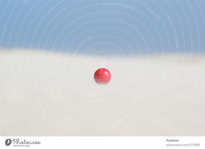 Spiekeroog | Roter Flummi vs Sandsturm Himmel Natur blau weiß rot Strand Umwelt hell Urelemente Ball nah wehen Wolkenloser Himmel rollen Nahaufnahme
