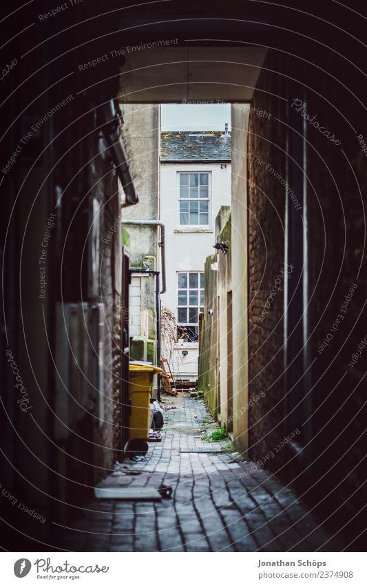 schmale Gasse in Brighton, England Stadt Stadtzentrum Altstadt bevölkert Haus Gebäude Mauer Wand Fassade Mut eng dunkel gehen geradeaus Müll alt schäbig dreckig