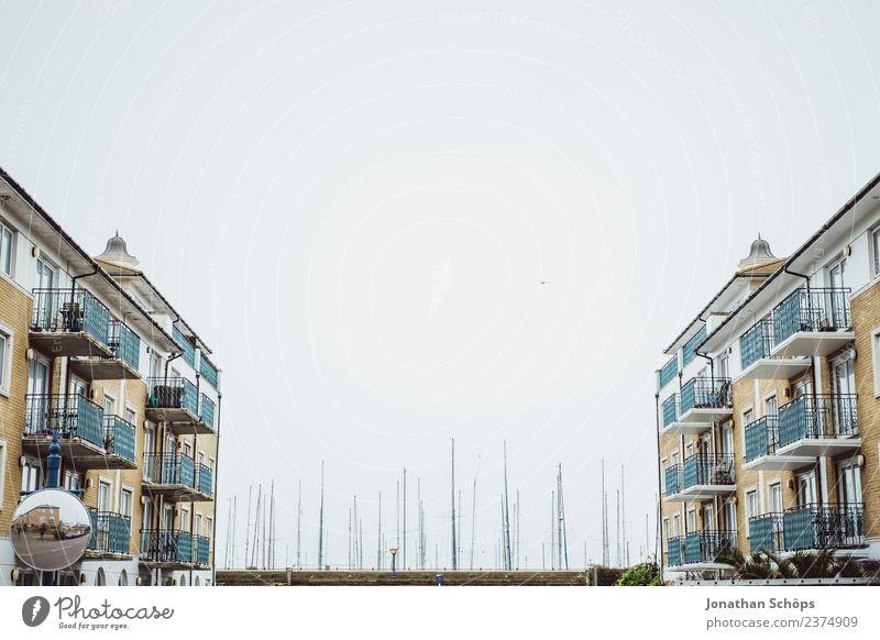 Häuser am Hafen in Brighton Himmel Stadt Meer Haus Hintergrundbild Architektur Küste Textfreiraum Fassade Wasserfahrzeug Häusliches Leben ästhetisch Skyline