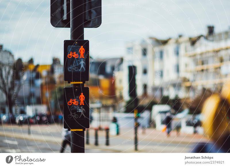 rote Fußgängerampel, Innenstadt, Brighton, England Stadt Straße Beleuchtung Lampe Stadtleben paarweise leuchten Fahrrad Ordnung laufen Fahrradfahren warten