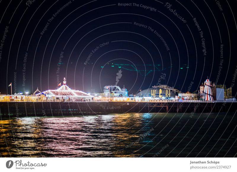 Brighton Palace Pier beleuchtet bei Nacht, England Beleuchtung mehrfarbig Licht Reflexion & Spiegelung Wasser Anlegestelle Steg Jahrmarkt Entertainment dunkel