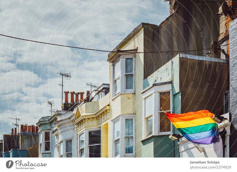 Häuserreihe mit Regenbogenflagge Himmel Stadt Haus Wolken Ferne Fenster Gebäude Freiheit Fassade modern Sex Europa Wandel & Veränderung Städtereise Fahne Mut