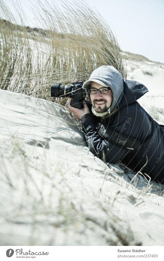 Spiekeroog | Piraculi Mensch maskulin Junger Mann Jugendliche Erwachsene 1 18-30 Jahre Pflanze Sand Wind Lächeln Freude Fotograf Fotografieren kalt Dünengras