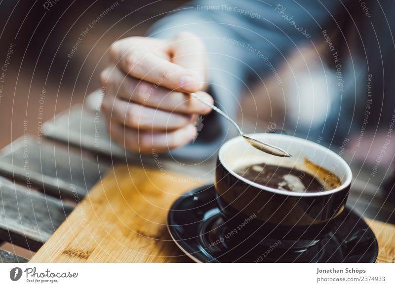 Mann rührt mit Löffel im Kaffee Frühstück Getränk trinken Heißgetränk Tasse Lifestyle Stil Restaurant ausgehen Mensch maskulin Hand Finger 1 genießen lecker
