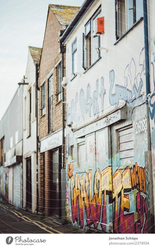 Graffiti an Architektur in Brighton, England Stadt Stadtzentrum Stadtrand bevölkert Haus Bauwerk Gebäude Fassade ästhetisch mehrfarbig Müll Müllbehälter Gasse