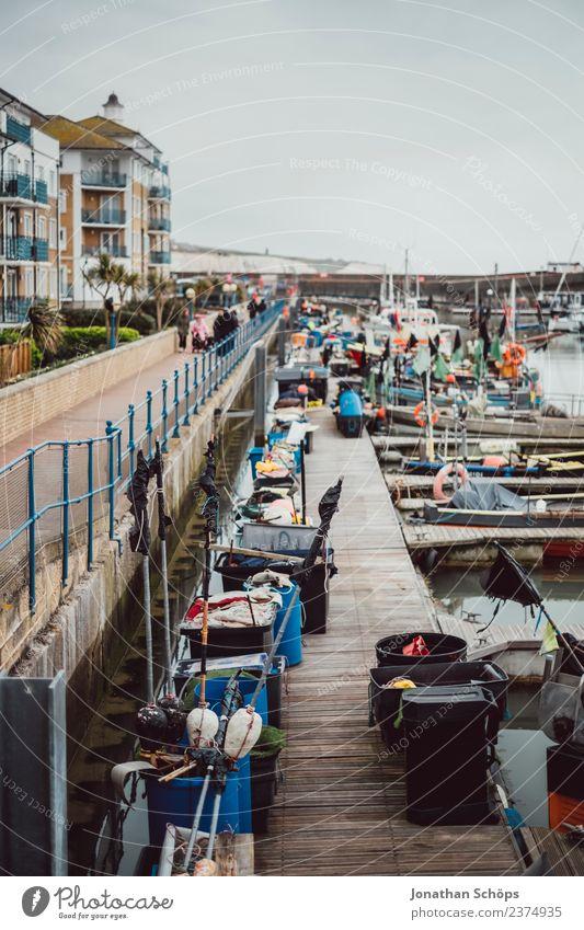 Hafen in Brighton, England Stadt Haus Wasserfahrzeug Regen ästhetisch Güterverkehr & Logistik Zaun Schifffahrt Steg Hafenstadt trüb Behälter u. Gefäße Fass