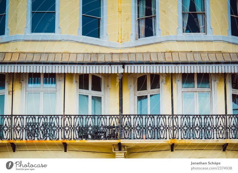 gelbe Fassade mit Balkon in Brighton, England Stadt Stadtzentrum bevölkert Haus Gebäude Architektur Fenster Zufriedenheit Farbe Häusliches Leben Miete