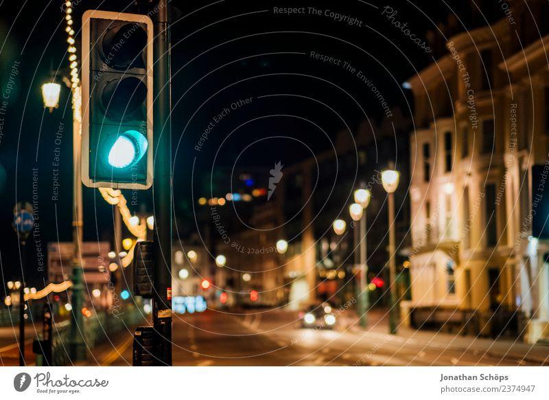 grüne Ampel bei Nacht in Brighton, England alt dunkel Hintergrundbild Beleuchtung Lampe retro leuchten ästhetisch Beginn historisch Fußweg Bürgersteig