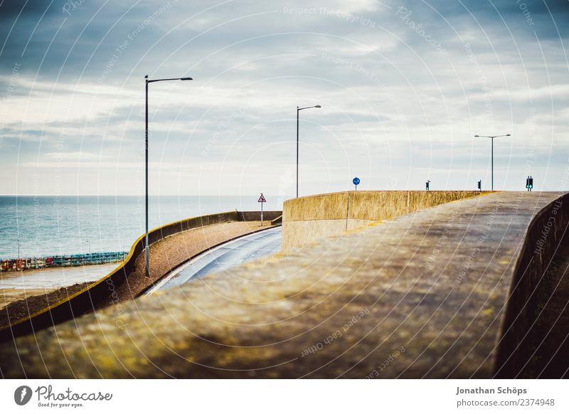 Straßen an der Südküste Englands Stadt Hafenstadt Stadtzentrum Stadtrand Architektur Mauer Wand trist Brighton Straßenbeleuchtung Abfahrt Steigung Meer dunkel