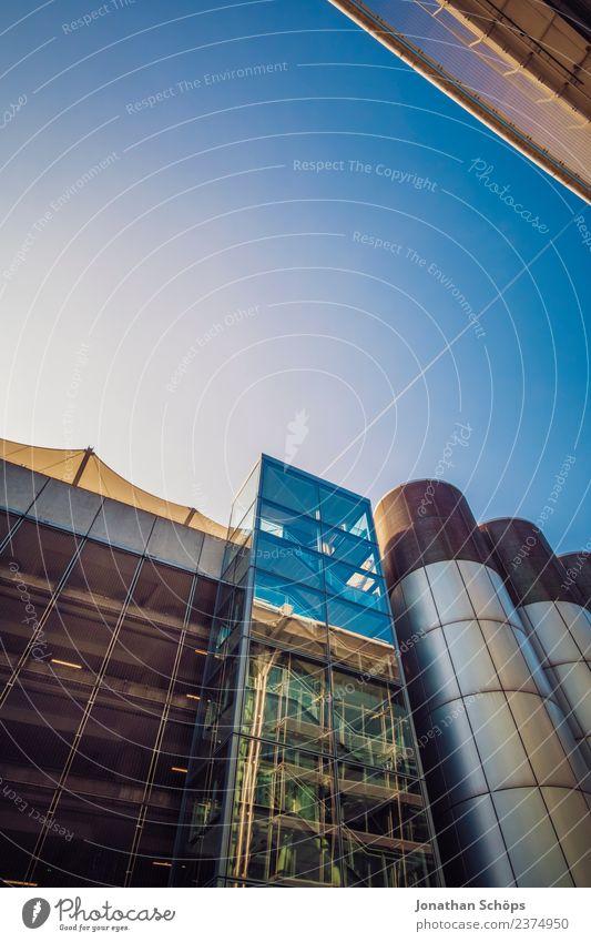 Glasfassade, Flughafen, London, England Weitwinkel Superweitwinkel Industrie Industriebetrieb Business District Froschperspektive erbaut Architektur Farbfoto