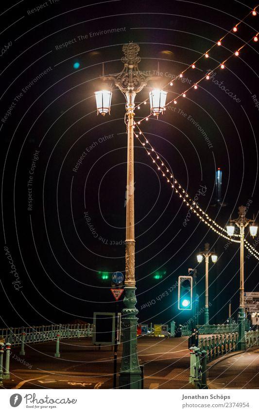 Laternen bei Nacht, Brighton, England alt dunkel Hintergrundbild Beleuchtung Lampe retro leuchten ästhetisch historisch Fußweg Bürgersteig Straßenbeleuchtung