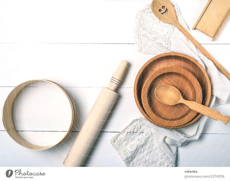 Rundplatten, Sieb und Nudelholz Schalen & Schüsseln Besteck Gabel Löffel Tisch Küche Werkzeug Holz alt oben retro braun weiß Tradition Utensil Haushalt Kulisse