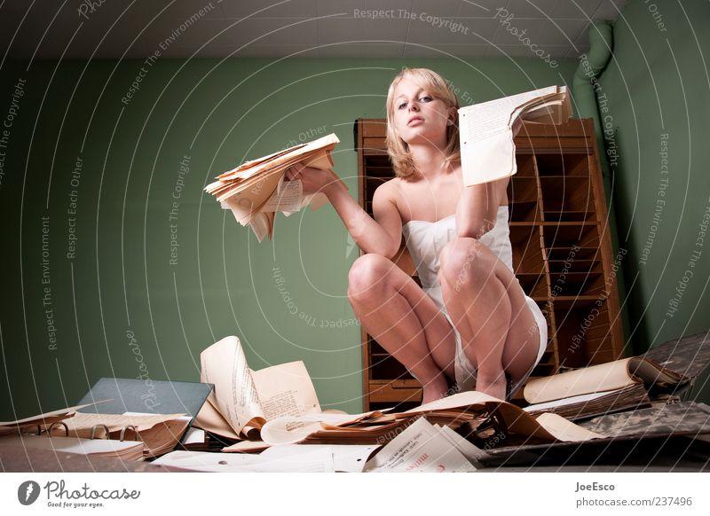 #237496 Frau schön Arbeit & Erwerbstätigkeit Erwachsene Erholung Stil Büro Raum blond Papier Schreibtisch chaotisch Mensch Aktenordner Arbeitsplatz Tisch