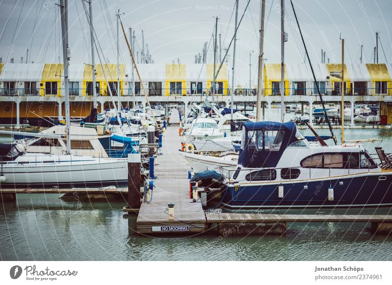 Boote am Hafen, Brighton Marina, England Stadt Wasserfahrzeug Regen ästhetisch Schifffahrt Steg Hafenstadt trüb
