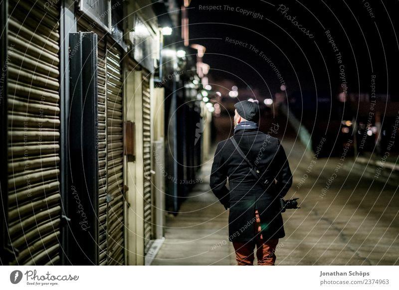 Fotograf läuft nachts durch die Stadt Mensch Ferien & Urlaub & Reisen Haus Einsamkeit kalt Tourismus gehen maskulin träumen Europa laufen geheimnisvoll