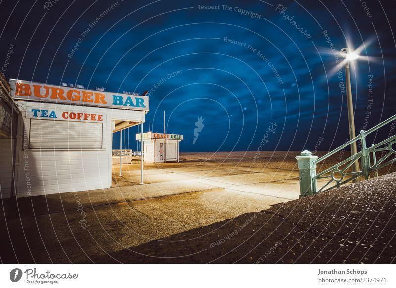 Kiosk bei Nacht am Brighton Beach, Brighton, England Einsamkeit dunkel Hintergrundbild ästhetisch leer Platz Kaffee Laterne Café Bar Tee Nachtleben Nachthimmel