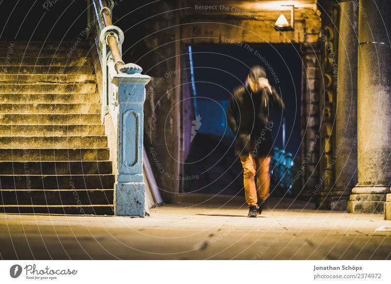 Mann geht nachts durch Gasse Mensch Ferien & Urlaub & Reisen Stadt dunkel kalt Beleuchtung Tourismus maskulin Treppe Europa laufen gefährlich bedrohlich