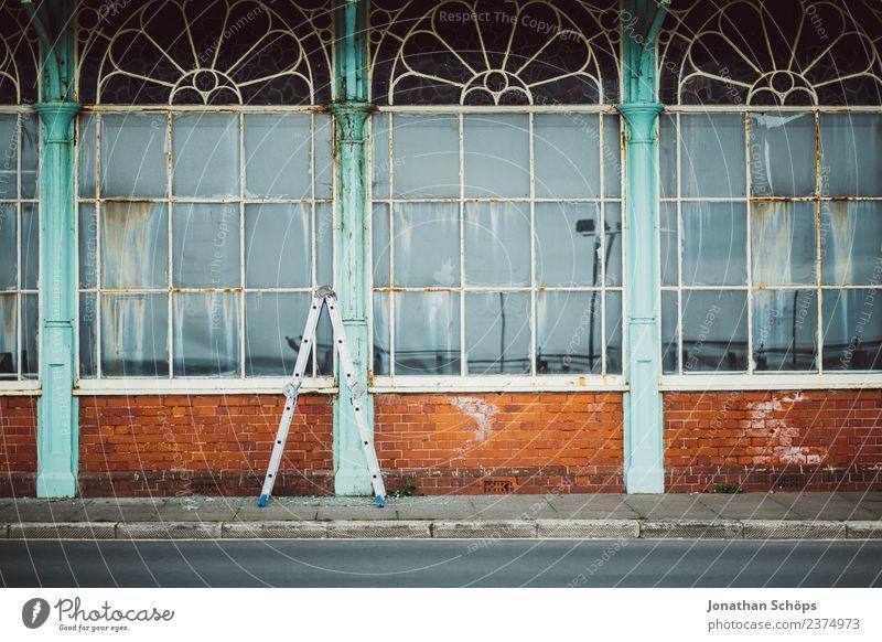 historische britische Glasfassade alt Stadt Haus Fenster Straße Hintergrundbild Fassade dreckig Fliesen u. Kacheln Ladengeschäft Fensterscheibe Leiter Geometrie