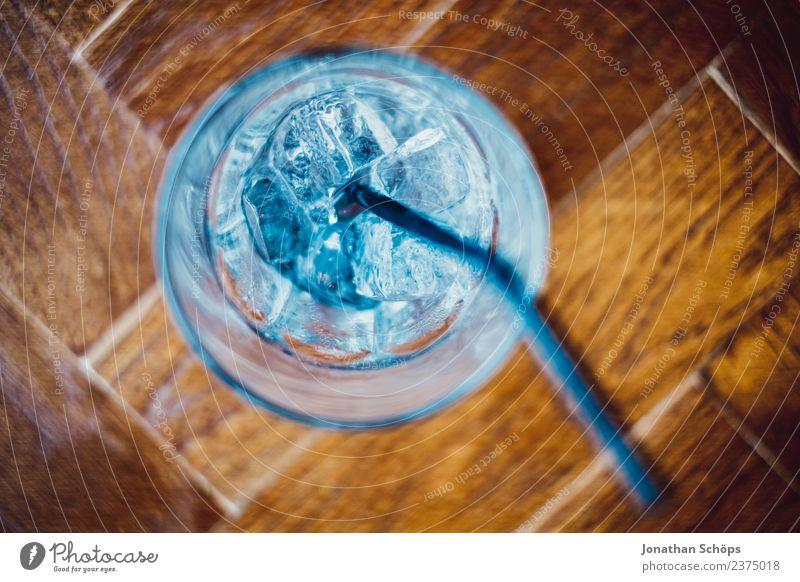Cocktail mit Wasser und Eis blau kalt Holz Lebensmittel ästhetisch Glas genießen leer Trinkwasser Getränk trinken Restaurant Flüssigkeit Alkohol