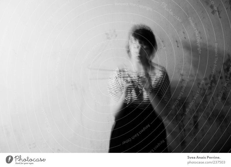 Soviele Farben ersticken im Grau Mensch Jugendliche Erwachsene Stil außergewöhnlich Junge Frau 18-30 Jahre Rauchen Kleid trashig Rausch Bekleidung Unschärfe