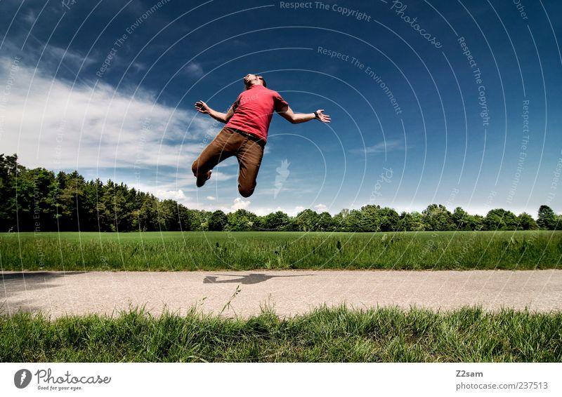 RGB Mensch Himmel Natur Jugendliche blau grün rot Sommer Erwachsene Umwelt Landschaft Bewegung Gras Wege & Pfade Freiheit springen