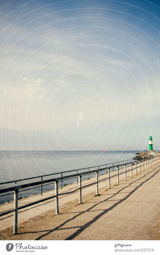 bis ans ende dieser welt Umwelt Natur Landschaft Urelemente Wasser Himmel Horizont Schönes Wetter Küste Ostsee Meer entdecken standhaft Leuchtturm Geländer