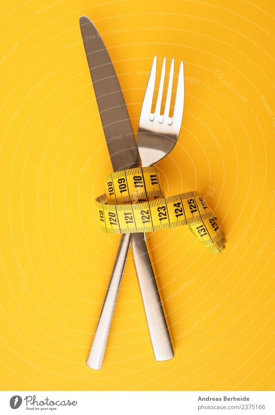Messer und Gabel mit einem Maßband Ernährung Diät Fasten Besteck Lifestyle Gesundheit Gesunde Ernährung Übergewicht Weihnachten & Advent Essen Fitness genießen