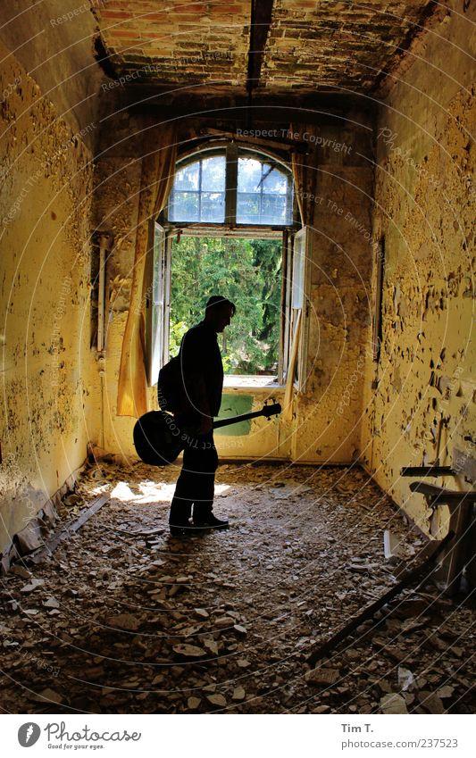 Mann mit Gitarre Mensch Haus Umwelt gelb Fenster Wand Mauer Gebäude Traurigkeit träumen Deutschland Raum maskulin Europa Trauer Bauwerk