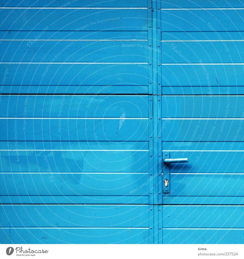 Heaven's Door blau Metall Tür geschlossen Metallwaren Sauberkeit einfach geheimnisvoll Tor Eingang Schloss parallel Lagerhalle Griff horizontal