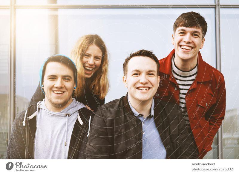 Gruppe junger Freunde, die Spaß haben und zusammen lachen. Lifestyle Freude Freizeit & Hobby Mensch Junge Frau Jugendliche Junger Mann Erwachsene Geschwister