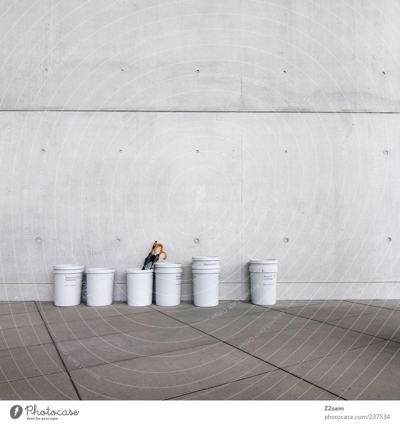 ordnung muss sein Gebäude Mauer Wand ästhetisch eckig einfach kalt modern Sauberkeit trist Stadt grau Ordnung Stil Regenschirmständer Fass puristisch aufräumen