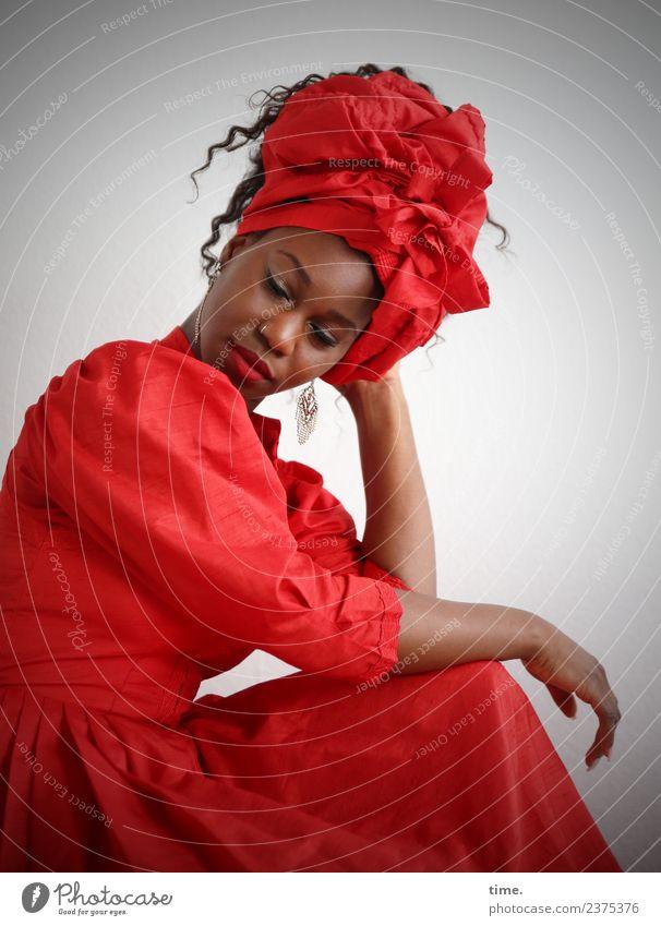 Apolline feminin Frau Erwachsene 1 Mensch Kleid Ohrringe Haare & Frisuren brünett langhaarig Locken Denken sitzen außergewöhnlich schön rot Verschwiegenheit
