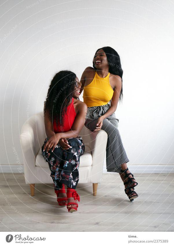 . Frau Mensch schön Freude Erwachsene Leben feminin lachen Zusammensein Freundschaft Raum sitzen Kreativität Fröhlichkeit Lebensfreude Brille