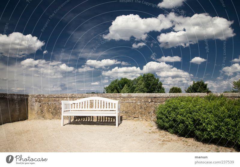 Platz an der Sonne Bank Himmel Wolken Schönes Wetter Park Mauer Wand Garten Pause ruhig Blauer Himmel Hecke Sitzgelegenheit Farbfoto Außenaufnahme Menschenleer