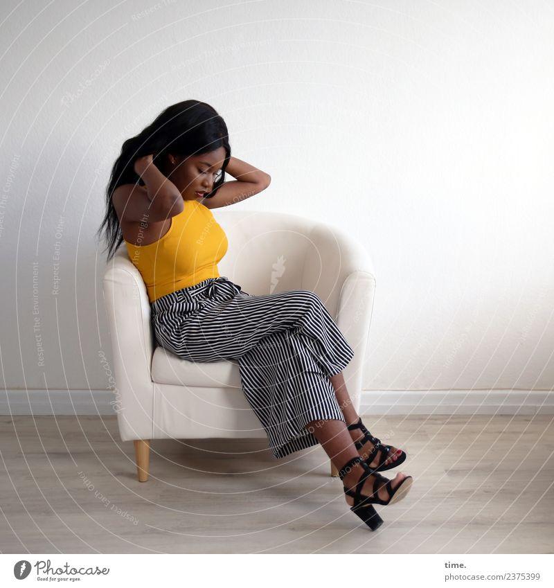 Arabella Sessel Raum feminin Frau Erwachsene 1 Mensch T-Shirt Hose Damenschuhe schwarzhaarig langhaarig beobachten Denken festhalten Blick sitzen warten schön