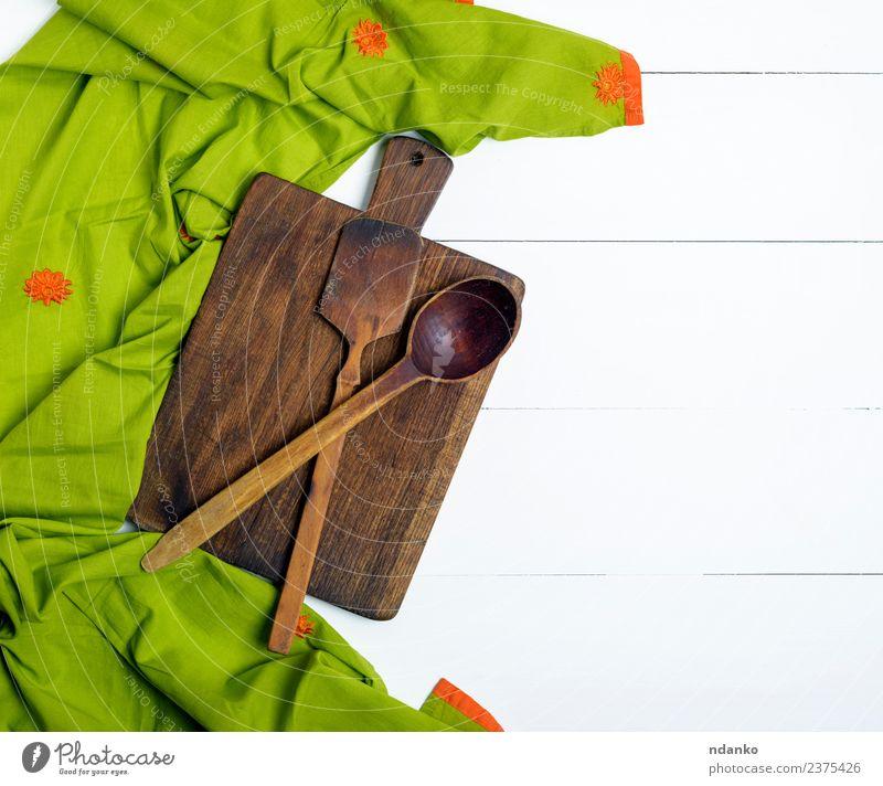 rechteckiges altes Schneidebrett Löffel Küche Holz natürlich oben braun grün weiß Holzplatte Schneiden Hintergrund rustikal Essen zubereiten Lebensmittel