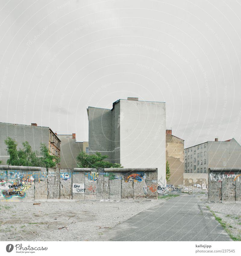 wende Stadt Haus Wand Graffiti Berlin Wege & Pfade Freiheit grau Mauer Zeit Beton trist Asphalt Zeichen Vergangenheit Denkmal