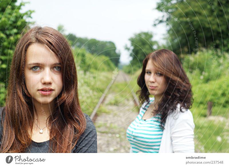 rückendeckung Mensch feminin Junge Frau Jugendliche Erwachsene Freundschaft Leben 2 Jugendkultur Umwelt Natur Gleise Lächeln Blick Ferne frei Glück Gefühle