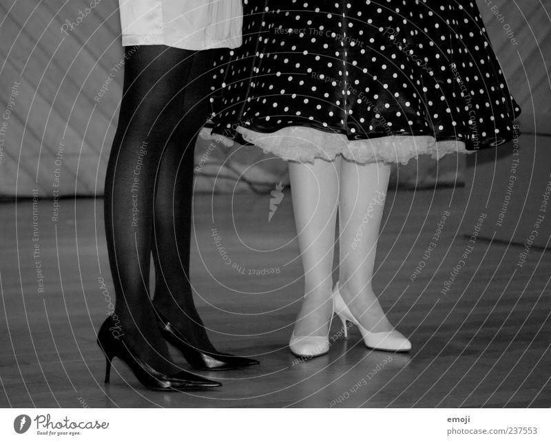 aus alten Tagen Mensch schön feminin Stil Beine Mode Schuhe Bekleidung retro Rock Strümpfe Strumpfhose Stilrichtung gepunktet altmodisch Damenschuhe