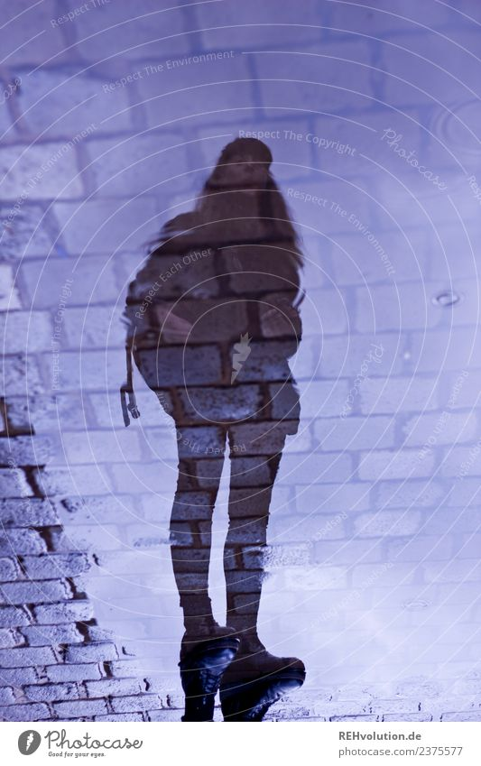Carina | Spiegelung in einer Pfütze Frau Mensch Himmel Jugendliche Stadt Wasser Einsamkeit 18-30 Jahre Straße Erwachsene feminin außergewöhnlich Stein Regen